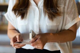 名刺を交換する女性の写真・画像素材[2413187]