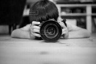 カメラを持っている人のクローズアップの写真・画像素材[2434466]