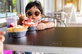 ファッション,夏,食事,アクセサリー,海外,サングラス,女の子,眼鏡,デザート,テーブル,人,アイス,幼児,グアム,夏休み,休暇,イス,メガネ,2歳児