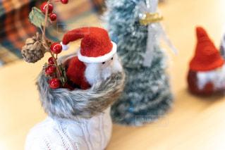 赤い帽子をかぶったぬいぐるみ(通称サンタ)の写真・画像素材[2822648]