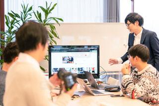 コンピュータを見ている人々のグループの写真・画像素材[2893491]
