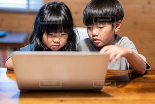 子ども,屋内,室内,少女,仲良し,テーブル,壁,人,座る,デスク,勉強,少年,若い,ホーム,兄妹,コロナ,自宅,コンピューター,レッスン,操作,ワーク,自習,ラップ,学習,2人,使用中,オンライン,ノート パソコン,リモート,自宅学習,自粛