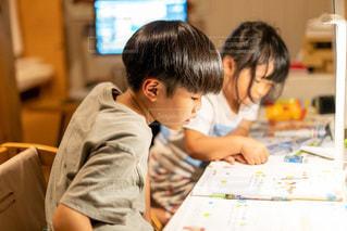 子ども,屋内,室内,本,少女,仲良し,テーブル,机,壁,人,座る,消しゴム,ノート,デスク,勉強,少年,若い,鉛筆,ホーム,兄妹,教科書,コロナ,自宅,コンピューター,レッスン,操作,ワーク,自習,学習,2人,オンライン,リモート,自宅学習,自粛