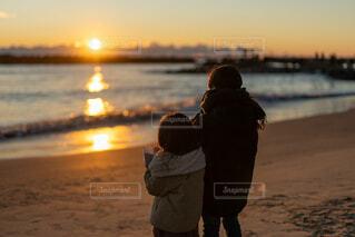 子ども,家族,自然,風景,海,空,冬,屋外,湖,太陽,朝日,ビーチ,雲,マフラー,波,水面,海岸,夜明け,光,人,未来,正月,お正月,ふたり,幼児,日の出,浜,新年,兄妹,初日の出,2,希望,明日,輝き,サンライズ,並んで,2021