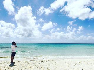 男性,海,空,夏,カメラ,ビーチ,サンダル,後ろ姿,海岸,男,日差し,鮮やか,背中,人,後姿,旅,beach,コーディネート,夏服