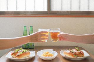 女性,食べ物,食事,ランチ,屋内,グラス,ビール,乾杯,ドリンク,ホットドッグ,ポテト