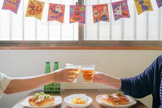 食べ物,食事,ランチ,屋内,テーブル,人,グラス,ハロウィン,ビール,乾杯,ドリンク,パーティー,ホットドッグ,ポテト