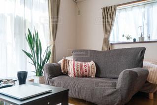 家具と窓でいっぱいのリビングルームの写真・画像素材[2723549]