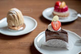 皿の上のケーキの写真・画像素材[2733315]