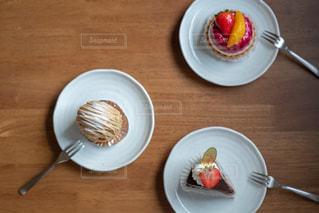 テーブルの上のケーキの写真・画像素材[2733314]