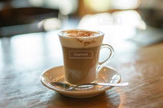 木製のテーブルの上に置くコーヒー1杯の写真・画像素材[2889778]