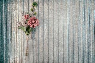 木のドアの上に座っている花瓶の写真・画像素材[2928328]