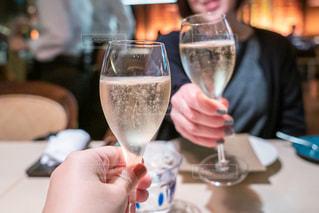 ワイングラスを持っている人の写真・画像素材[3050741]