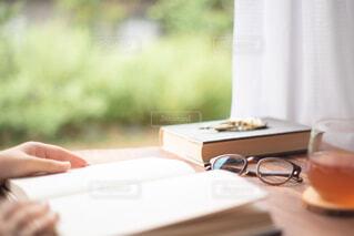 読書をする人の写真・画像素材[3695820]