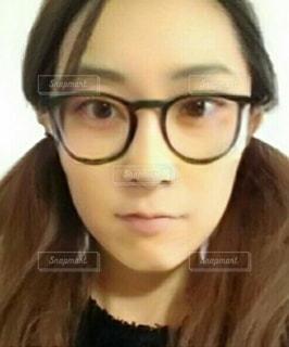 カメラを見ている眼鏡をかけた女性の写真・画像素材[2765087]
