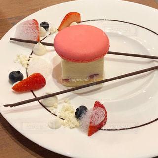 皿に果物をつけたケーキの写真・画像素材[2124834]