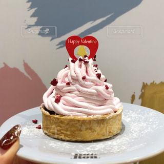 皿にデザートをつけたケーキの写真・画像素材[2124848]