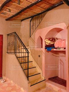 かわいい鉄骨手すりの階段の写真・画像素材[2147100]