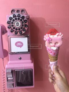 アイスと電話ボックスの写真・画像素材[2126472]