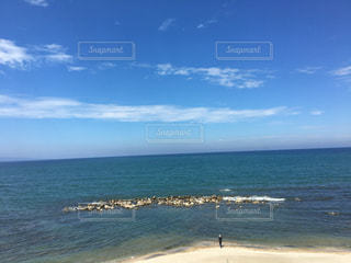 海の隣のビーチで人々のグループの写真・画像素材[2379548]