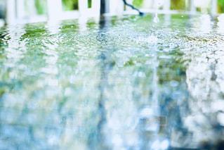 揺れる水面。落ちる雫。の写真・画像素材[2162330]