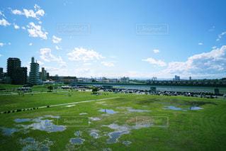 雨上がりのたくさんの水たまりの写真・画像素材[2225247]