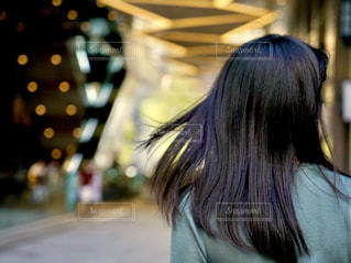 後ろ姿となびく髪の写真・画像素材[2281954]
