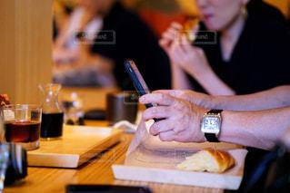 おしゃれなカフェだと写真を撮りたくなってしまう。男の人も女の人も関係なくみんな一緒。の写真・画像素材[2292224]