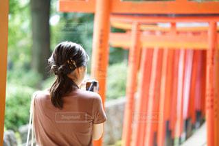 携帯電話で話している女性の写真・画像素材[2459572]