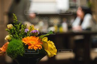 母の日に送った花が彩る食卓の写真・画像素材[3192152]