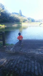 屋外,後ろ姿,池,子供,人物,人