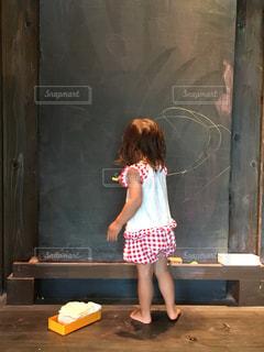 子ども,風景,夏,屋内,かわいい,後ろ姿,裸足,女子,子供,女の子,少女,人物,人,可愛い,黒板,チョーク,幼児,夏休み,落書き,幼稚園児,夢中,お絵かき,色・表現