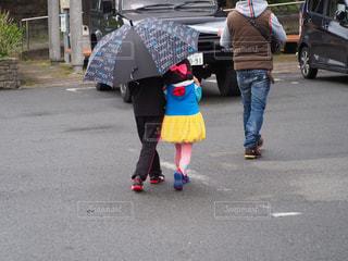 後ろ姿,子供,女の子,仲良し,相合傘,男の子,兄妹,2人