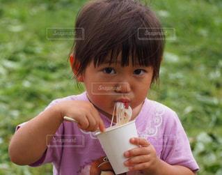 子ども,食べ物,夏,食事,屋外,晴れ,女子,子供,女の子,草,楽しい,遊ぶ,人物,人,Tシャツ,食べる,幼児,カメラ目線,流しそうめん,ほおばる,夏日,ムチムチ,1人食べ