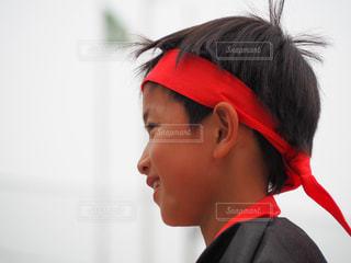 風景,スポーツ,赤,子供,人物,人,勝利,小学生,運動,運動会,小学校,応援,真剣,優勝,赤組,勝負,男児,はちまき,応援合戦