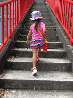 風景,夏,階段,後ろ姿,帽子,子供,女の子,人物,人,幼児,熱海,幼稚園児