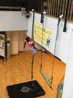 子ども,スポーツ,屋内,室内,子供,女の子,少女,人物,人,幼児,運動,ロープ,登る,室内スポーツ