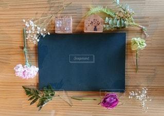 テーブルの上の花と黒板の写真・画像素材[2129535]