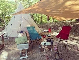 木製の椅子のテントの写真・画像素材[2403189]