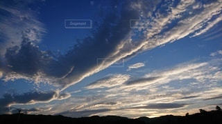 空に雲の群の写真・画像素材[2412404]