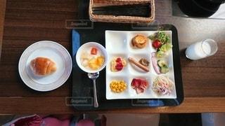 テーブルの上の皿の上の食べ物のトレイの写真・画像素材[2494140]