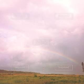 夕焼けの中の虹の写真・画像素材[2507704]