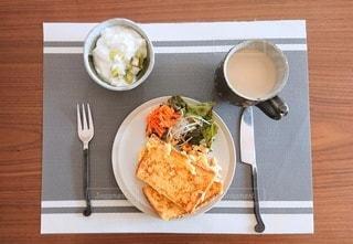 テーブルの上の食べ物の皿の写真・画像素材[2743256]