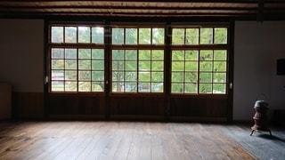 大きな窓の眺めの写真・画像素材[2828120]