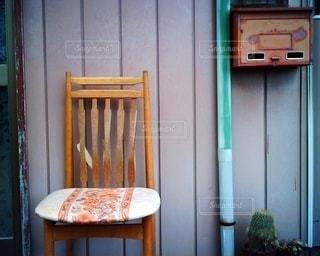 ドアの前に座っている椅子の写真・画像素材[2828441]