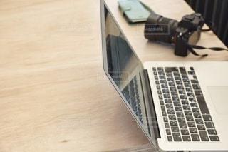 木製のテーブルの上に座っているラップトップコンピュータの写真・画像素材[2880498]