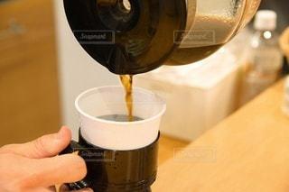 コーヒーを注ぐ手元のクローズアップの写真・画像素材[2894510]