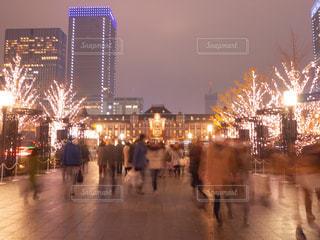 5人以上,空,建物,夜,東京,後ろ姿,東京駅,都会,人物,背中,人,後姿,高層ビル,通り