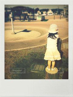 公園,後ろ姿,水飲み場,女の子,洋服,人物,背中,人,後姿,3歳