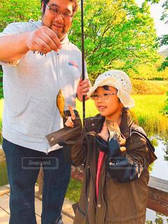 自然,公園,魚,屋外,池,女の子,イベント,釣り,パパ,父,初めて,お父さん,父の日,親,6歳,インスタ映え,6月16日,触るの怖い,釣れて嬉しい,何の魚?,新緑が綺麗,寒くなって来たから、ママのコート羽織る,色んな遊びを教えてくれるパパ大好き,パパが居ないと生きていけない娘(笑),パパも楽しそう,皆んなが笑顔